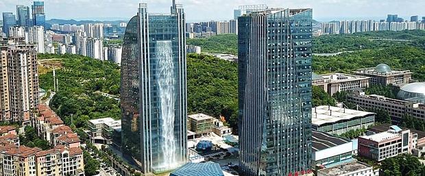 Así es la cascada artificial más alta del mundo que cae desde un rascacielos