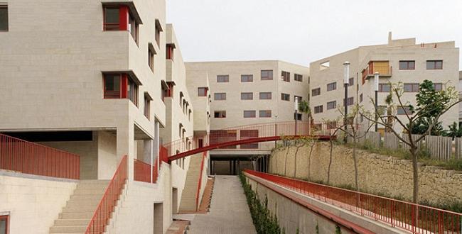 Conjunto de viviendas La Sang en Alcoy. Arquitectos: Manuel de Solà Morales y Vicente Vidal, 1998.