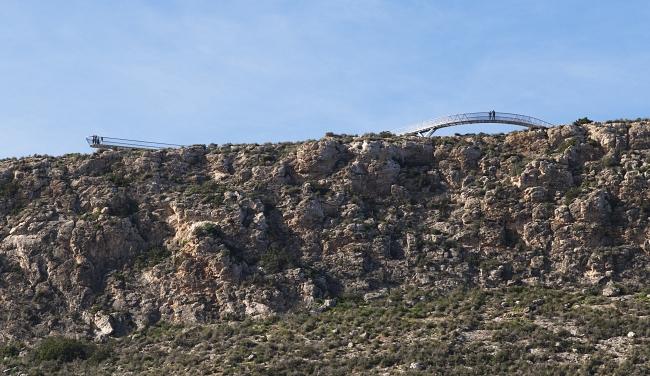 . Vista del perfil del acantilado con la pasarela-mirador en servicio (D. Frutos)