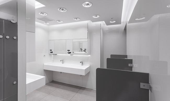 Glaciar ha sido elegido como revestimiento en los nuevos baños del también conocido como Aeropuerto Internacional de Son Sant Joan por sus múltiples ventajas y ha sido colocado tanto sobre placa de yeso como sobre tabique convencional.