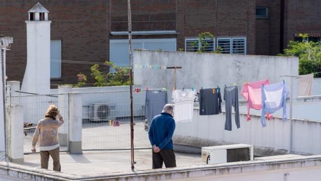 Vecinos, en una azotea con ropa tendida estos días de confinamiento. Fuente: ABC Sevilla  E.P./Eduardo Briones