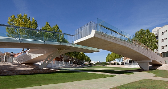 'Kiss Bridge'. Pasarela peatonal de hormigón blanco . Pilar de la Horadada . Alacant . España