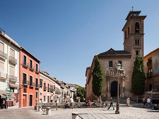 Patio a los pies de la Alhambra . Granada . Granada . España
