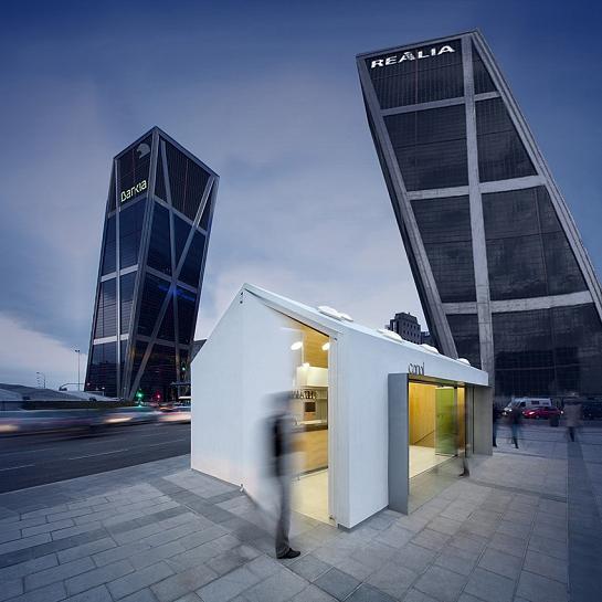 Kiosco de reunión Plaza Castilla . Madrid . Madrid . España