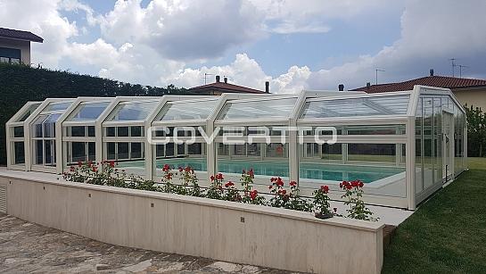 Cubierta de piscina telescópica.