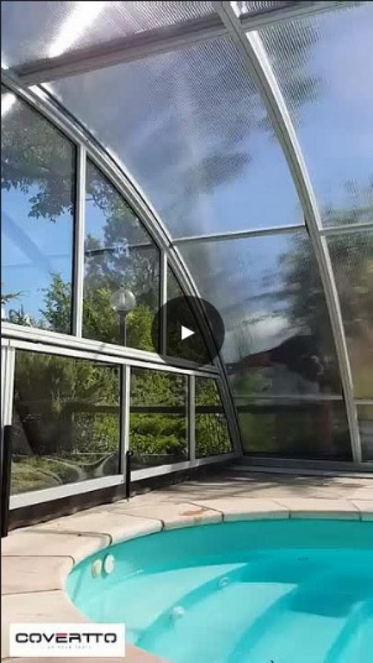 Cubierta de piscina. Puerta lateral.
